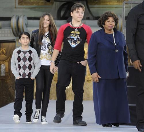 Prince, Paris e Blanket al Grauman's Chinese Theatre per ricordare il padre PPB-prince-michael-jackson-28605727-500-458
