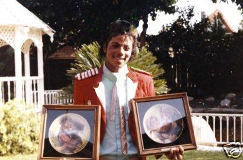 Raridades: Somente fotos RARAS de Michael Jackson. - Página 6 -michael-jackson-29063567-500-330