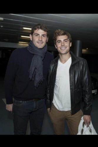 ¿Cuánto mide Zac Efron? - Estatura - Real height Iker-Casillas-and-Zac-Efron-iker-casillas-29853536-333-500
