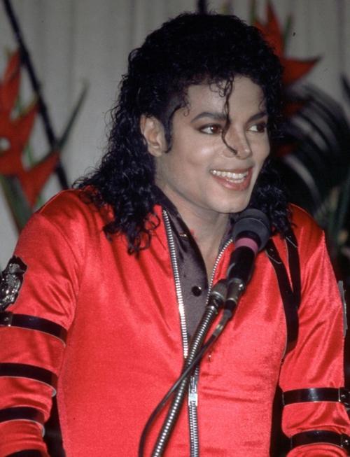 Bad era - Pagina 2 MJ-michael-jackson-30462402-500-653