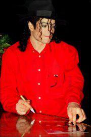 Raridades: Somente fotos RARAS de Michael Jackson. - Página 6 The-MAN-in-RED-michael-jackson-30625996-180-269