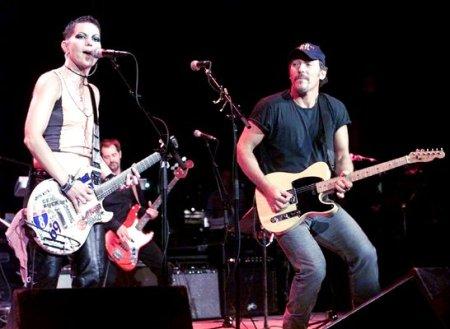 EL LOGO DE LA SEMANA - Página 3 Joan-with-Bruce-Springsteen-joan-jett-33686076-450-329