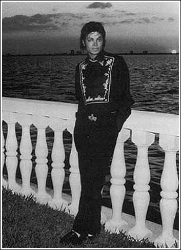 Fotos Raras Encontradas Por Mim na Net - Página 21 Michael-At-Barry-Gibb-s-Home-In-Florida-mari-34640317-353-488