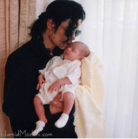 i figli di Michael - Pagina 9 Michael-And-Baby-Paris-michael-jackson-35795638-439-444