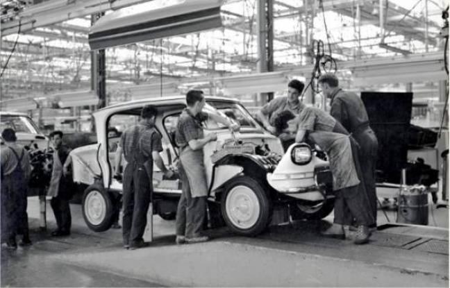 [GALERIE] L'Ami 6, l'Ami 8 et la M35 en photos - Page 3 648x415_citroeumln-ami-6-premier-veacutehicule-agrave-sortir-usines-janais-24-avril-1961