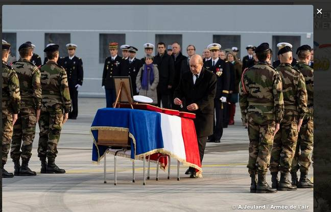 Hommage au SGC GUARATO au pont Alexandre III 648x415_ministre-defense-jean-yves-drian-rendu-hommage-alexis-guarato-soldat-francais-mortellement-blesse-mali-3-decembre-2015