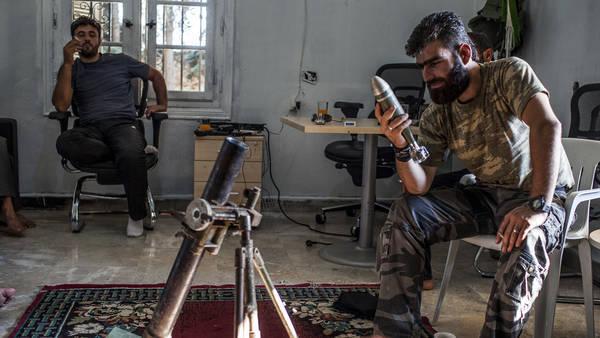 La BBC censure une vidéo montrant des rebelles syriens forçant un prisonnier à commettre un attentat suicide Video-syria-rebel-tactics-articleLarge-1dd41