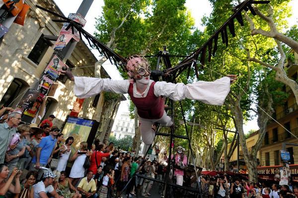 ou suis je ? Jovany 19/01/17 trouvé par Ajonc Parade-Troupes-pour-ouverture-Festival-OFF-Avignon-2011-ANGE-ESPOSITO-LA-PROVENCE-MAXPPP_0_730_398