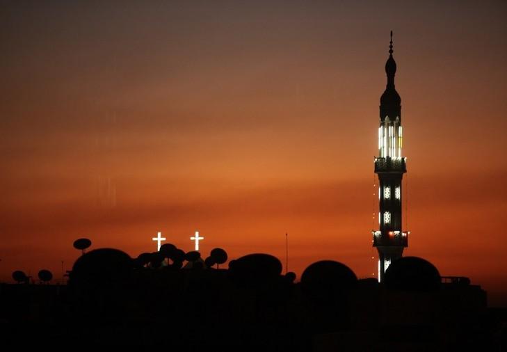 Aude: une musulmane décapite la statue célèbre de l'église Les-lumieres-mosquee-eglise-dans-nuit-Nagaa-Hammadi-dans-Egypte-En-2050-musulmans-devraient-representer-29-7-population-contre-31-4-pour-chretiens_0_730_506