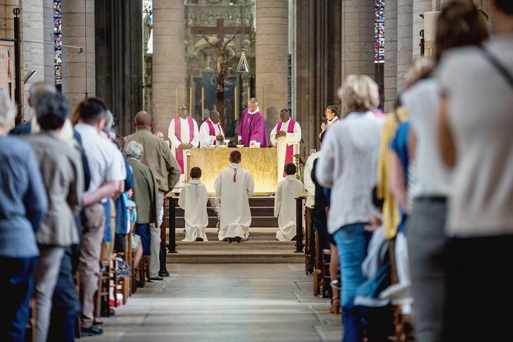 Seine-Maritime : une prise d'otages est en cours dans une église de Saint-Etienne-du-Rouvray, près de Rouen  La-ceremonie-hommage-P-Jacques-Hamel-dans-cathedrale-Rouen-mardi-26-juillet_0_730_486