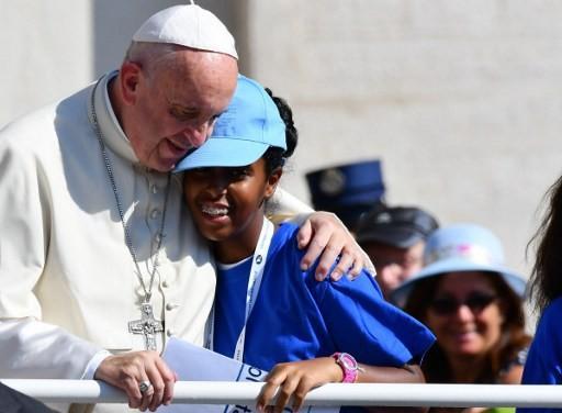 CANONISATION DE MERE TERESA Pape-Francois-embrassant-jeune-fille-place-Saint-Pierre-accueillait-samedi-24-000-volontaires-misericorde_0_730_376