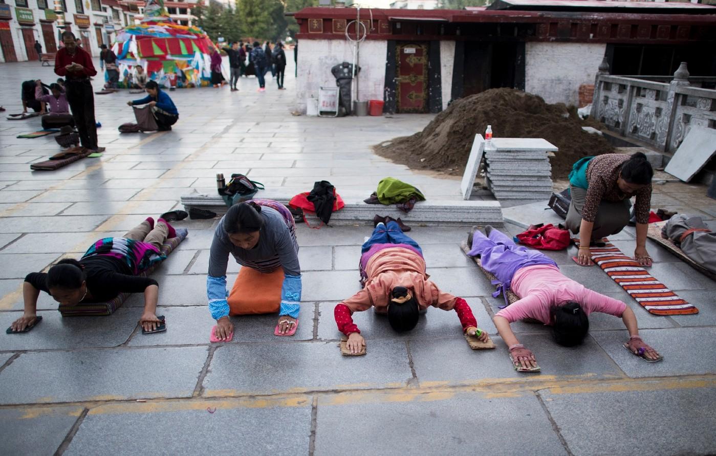pourquoi les musulmans se prosternent t ils pour prier ? - Page 3 Fideles-prosternent-devant-temple-Jokhang-10-septembre-2016-Lhassa_1_1400_891