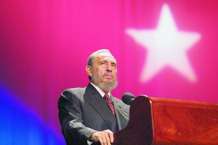 Fidel Castro, l'intransigeant père de la révolution cubaine, meurt à 90ans Fidel-Castro-inaugure-lecole-Salvador-Allende-La-Havane-octobre-2002-leader-cubain-devant-scenequelques-annees-detenait-record-mondial-longevite-pouvoir_0_730_486