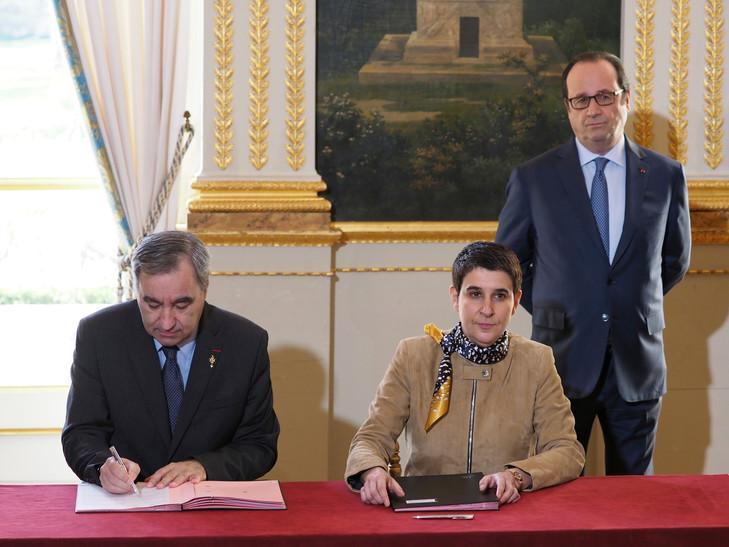 Réfugiés : François Hollande salue une « collaboration fructueuse » avec les Églises Valerie-Regnier-droite-presidente-SantEgidio-Francois-Claveroly-gauche-president-Federation-protestante-France-Francois-Hollande-signent-protocole-daccueil-refugies-Paris-14-2017_0_729_547