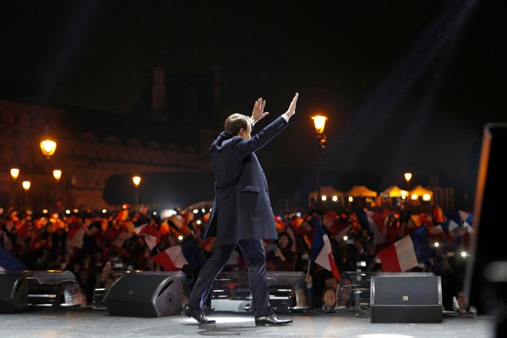 Présidentielles en France  - Page 3 Emmanuel-Macron-7-devant-Louvre-Paris_0_729_486