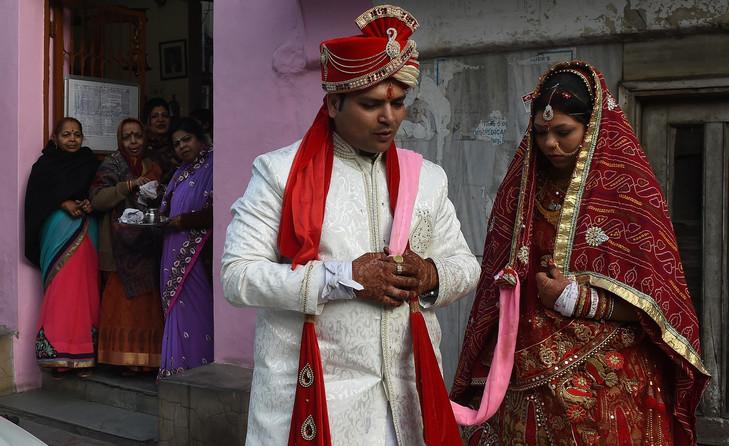 La justice indienne se penche sur le divorce express chez les musulmans Couple-indien-nouvellement-marie-Rohit-Aggarwal-C-Shally-Aggarwal-surveilles-proches-alors-parlentavoir-visite-temple-New-Delhi-16-fevrier-2017_0_729_446