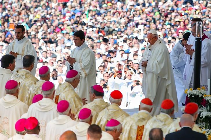 François a canonisé François et Jacinthe Marto, les voyants de Fatima 13-2017-devant-foule-immense-Francois-celebre-messe-sanctuaire-Fatima-Portugal-cours-laquellle-canonise-voyants-Vierge-etait-apparue-juste_0_729_486