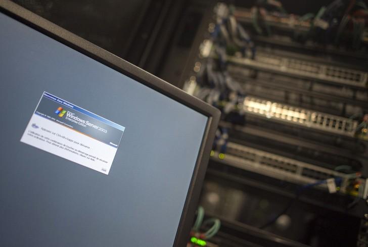 Cyberattaques: le parquet de Paris ouvre une enquête en France  Ordinateurun-serveur-Windows-connecte-serveur-reseau-immeuble-bureaux-Washington-13-2017_1_728_489