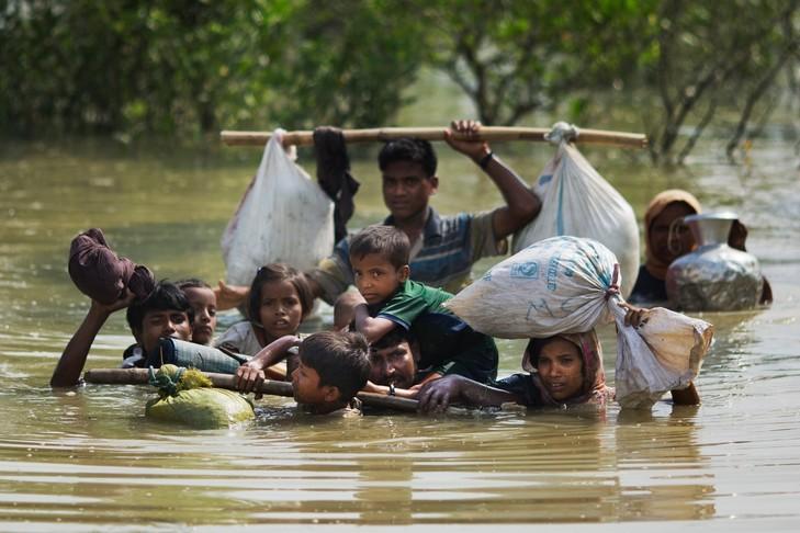 En Birmanie, la persécution des musulmans Rohingya continue Famille-Rohingya-atteint-frontiere-Bangladesh-mardi-5-septembre-2017_0_729_486