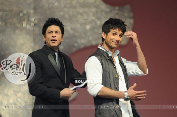 UN ROMANTICO AÑO NUEVO DE SHAHID Y PRIYANKA 116305-shahrukh-and-shahid-anchoring-in-17th-annual-star-screen-awards