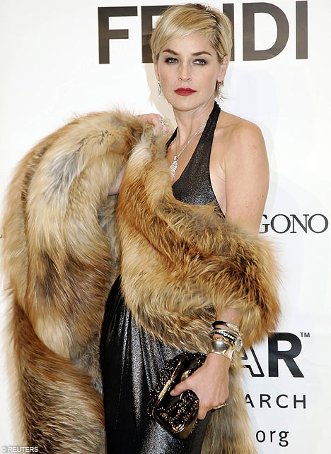 Sharon Stone aime la fourrure SstonefurAP2710_468x643