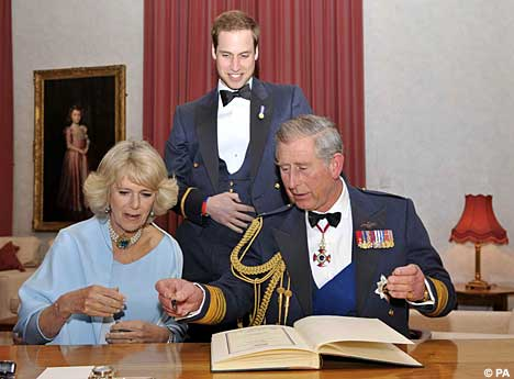 Príncipes William y Harry CamCharlSignPA_468x345
