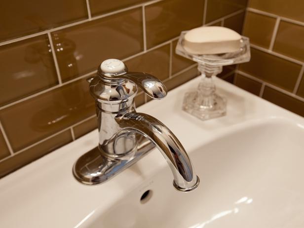 جــوله في بيت آمـريكي BC11_03-Guest-Bathroom-FM-9971_s4x3_lg