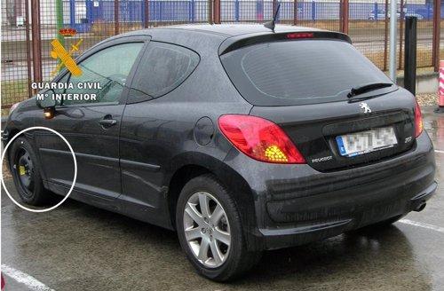 La Guardia Civil auxilia a cuatro jóvenes de un pinchazo en una rueda y comprueba que el coche era robado Fotonoticia_20131001125507_500