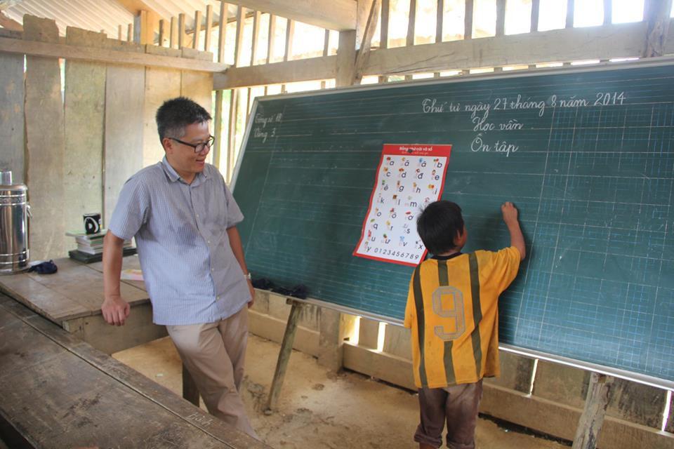 """Giáo sư Ngô Bảo Châu đi dép tổ ong lên """"dạy học"""" ở bản Lũng Luông GSNgoBaoChaugiaoducnetvn"""