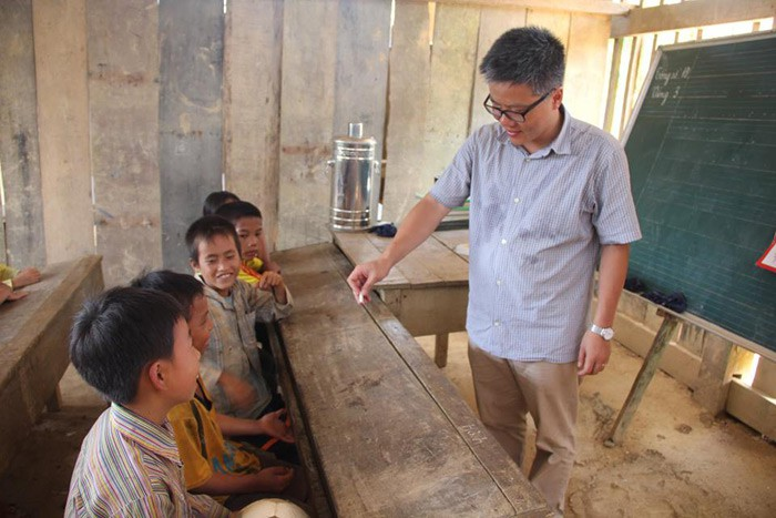 """Giáo sư Ngô Bảo Châu đi dép tổ ong lên """"dạy học"""" ở bản Lũng Luông GSNgoBaoChaugiaoducnetvn1"""