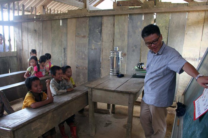 """Giáo sư Ngô Bảo Châu đi dép tổ ong lên """"dạy học"""" ở bản Lũng Luông GSNgoBaoChaugiaoducnetvn2"""