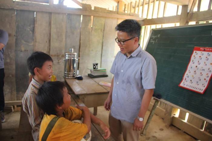 """Giáo sư Ngô Bảo Châu đi dép tổ ong lên """"dạy học"""" ở bản Lũng Luông GSNgoBaoChaugiaoducnetvn3"""
