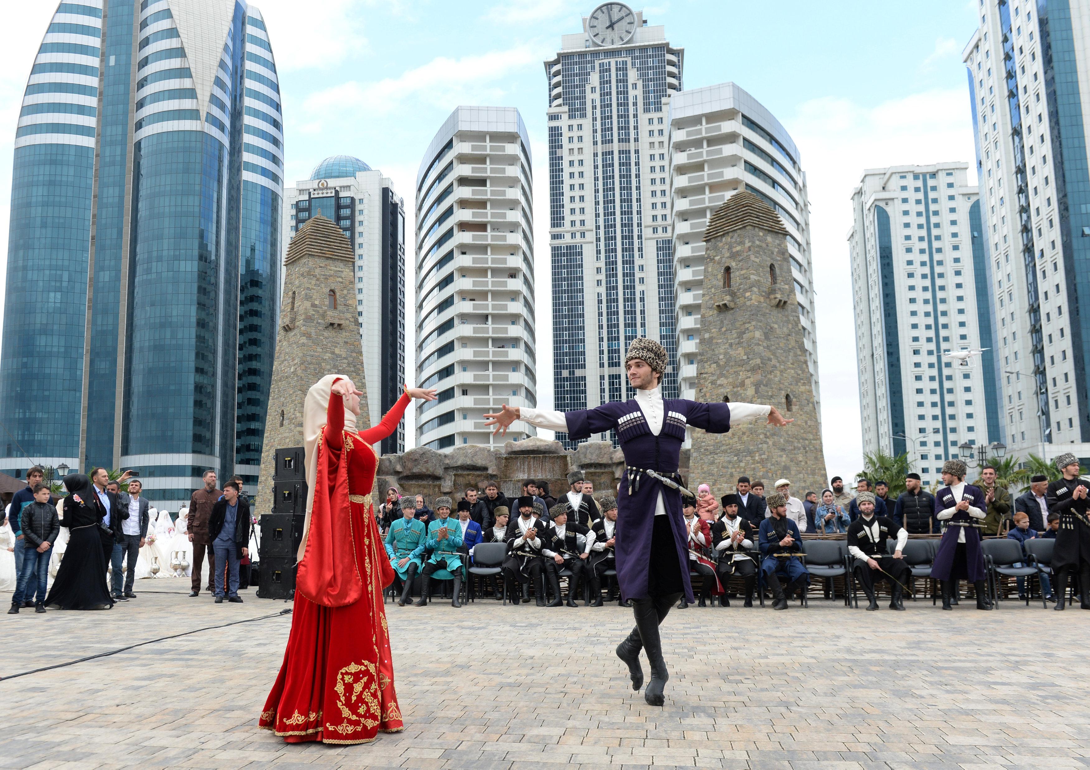 صور حفل زفاف جماعى فى الشيشان بمناسبة الذكرى الـ 200 لتأسيس جروزنى 1859092-2018-10-05T164358Z_1856901537_RC198F417360_RTRMADP_3_RUSSIA-CHECHNYA-GROZNY-ANNIVERSARY