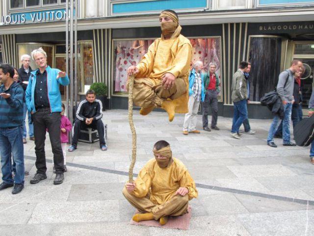 Levitatie - Pagina 2 Reallife_acts_of_levitation_640_04