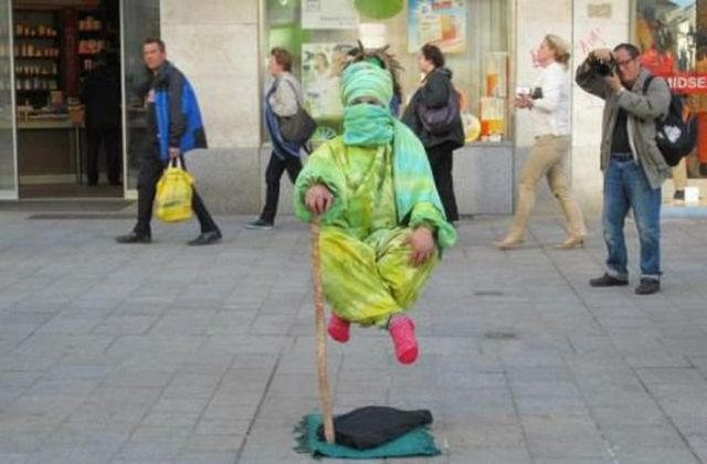 Levitatie - Pagina 2 Reallife_acts_of_levitation_640_05