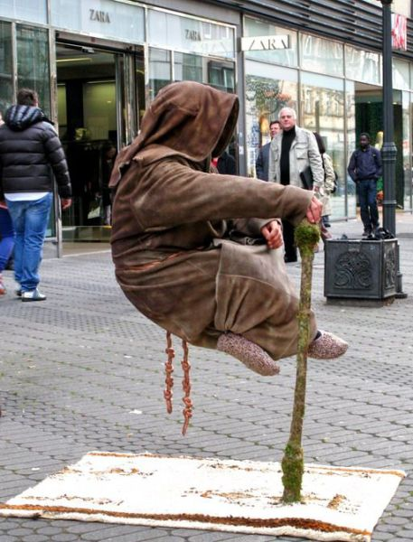 Levitatie - Pagina 2 Reallife_acts_of_levitation_640_07