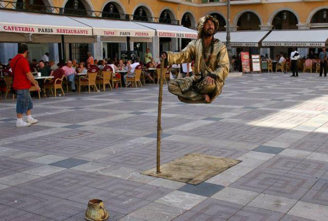 Levitatie - Pagina 2 Reallife_acts_of_levitation_640_08