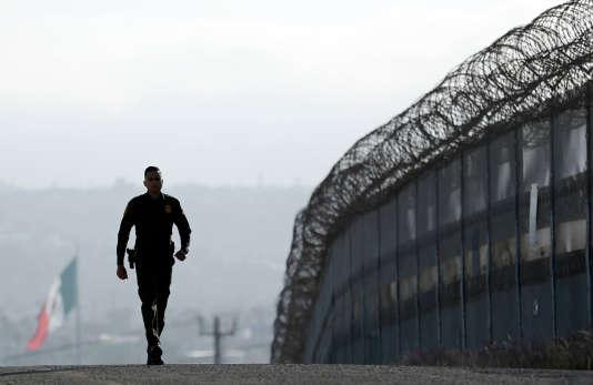 Donald Trump veut envoyer des militaires à la frontière avec le Mexique D9a7cda_13452-1hfk0go.uvqb