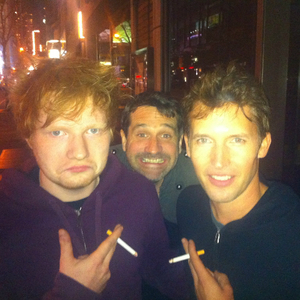 ¿Cuánto mide Ed Sheeran? - Altura - Real height Epic-guy-photobombs-james-blunt-and-ed-sheeran_fb_2247125