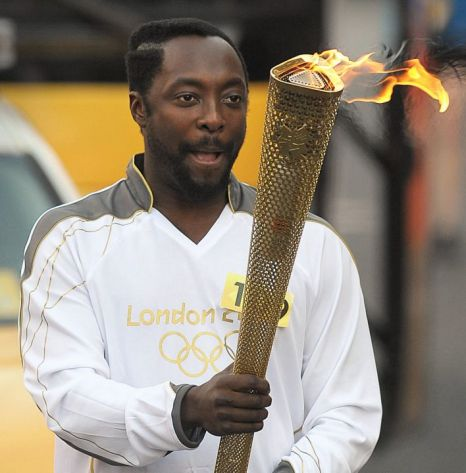 Will.I.Am rende tributo a MJ mentre porta la Torcia Olimpica Article-1337672565509-1337C888000005DC-250974_466x473
