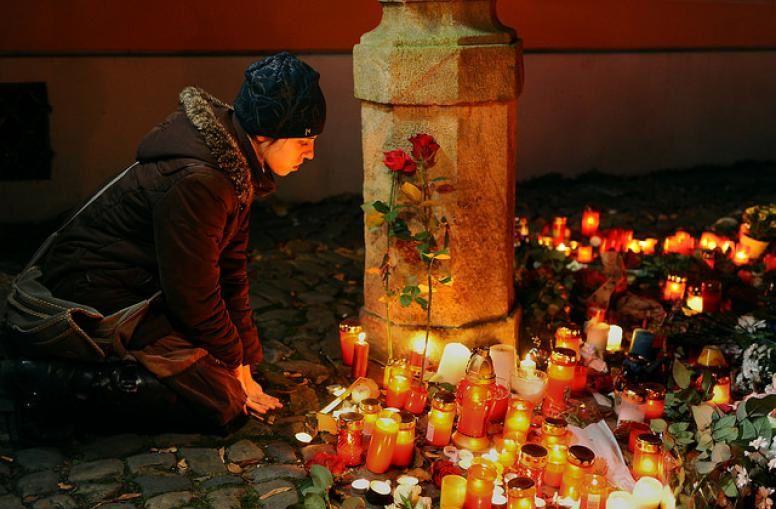 Attentats et Karma Ob_6413f1_paris-solidarity-vigil-prague-14-nove