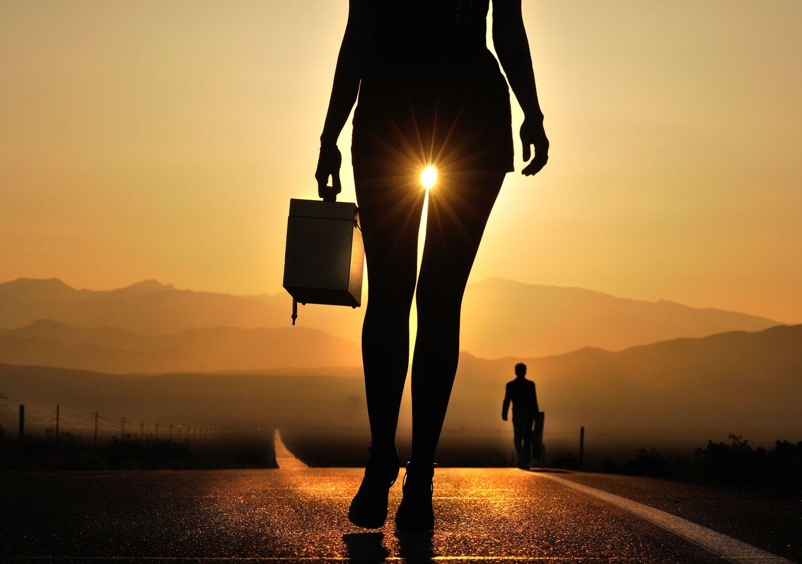 L'homme et le Soleil ... - Page 3 Ob_14244d_valley-of-death-road-girl-legs-sun-man-m