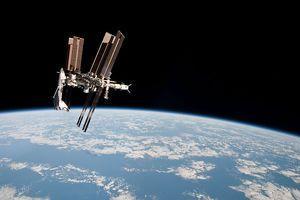 Découverte de plancton en orbite ! Ob_7550ca_800px-iss-and-endeavour-seen-f