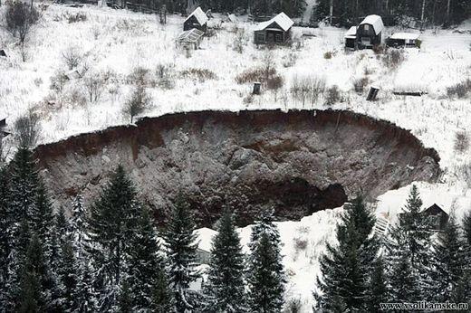 Une gigantesque doline s'ouvre de nouveau en Russie Ob_2eaf6f_2356f87b00000578-0-image-3-141