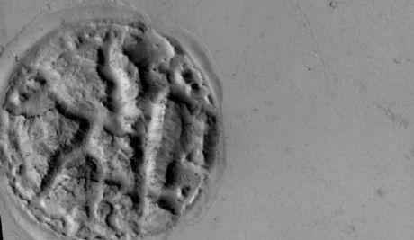 Une étrange forme à la surface de Mars Ob_533136_forme-mars-nasa-0