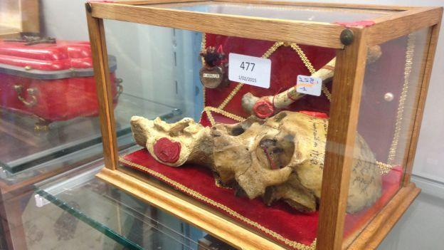 Le crâne d'un Saint chrétien (et autres ossements) mis aux enchères en Belgique Ob_d6677c_0000000