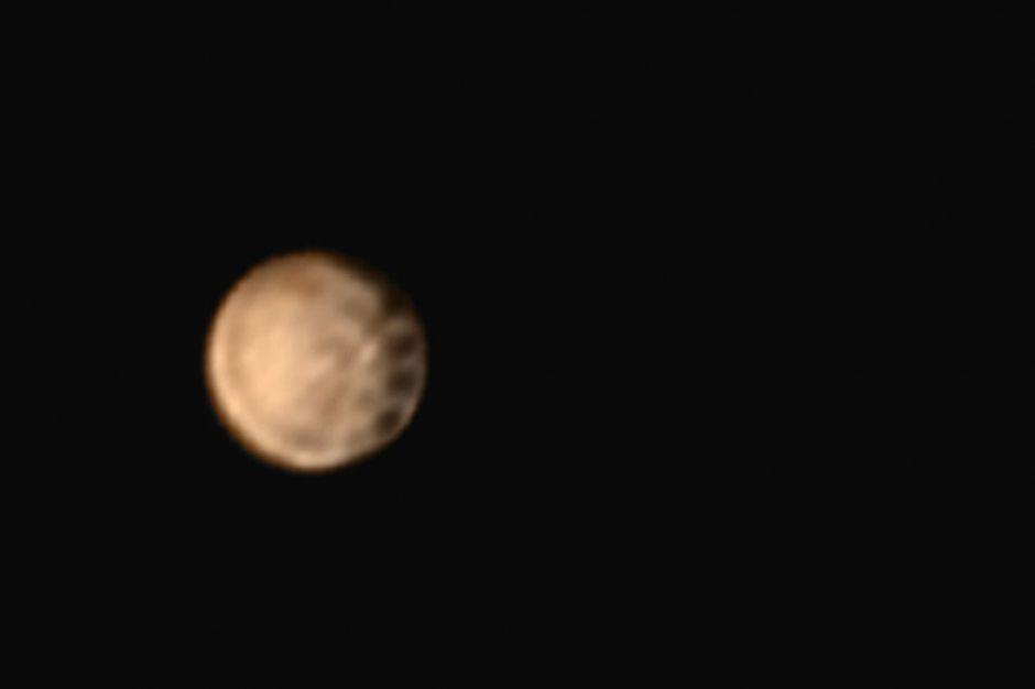 Des tâches mystérieuses apparaissent sur Pluton Ob_43ddc6_des-taches-mysterieuses-apparaissent-s