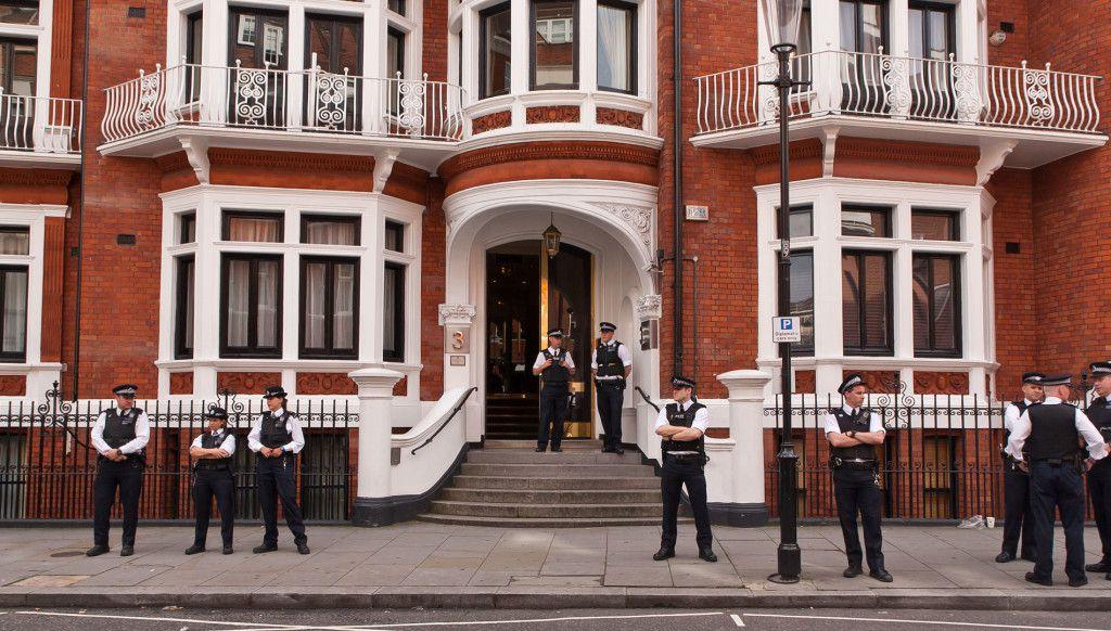 L'ONU rejette la proposition du R-U de libérer Julian Assange Ob_09f80d_assange-ambassade-1024x582