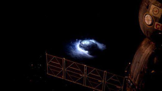 Des jets bleus aperçus pour la première fois Ob_f3a16a_blue-jets-studied-from-space-s