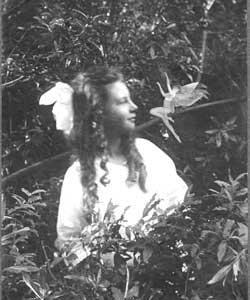 Des dizaines de fées photographiées au Royaume-Uni Castalie_cottingley8